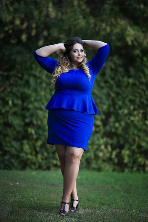 若い美しい白人のプラスサイズのファッション モデル青でドレス、屋外自然、完全な長さの肖像画に xxl 女