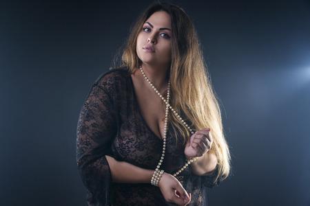 若い裸の美しい白人のプラスサイズ モデル、煙のようなスタジオの背景、大きな胸を持つ女性裸ボディーに黒ペニョワールランジェリーの xxl 女