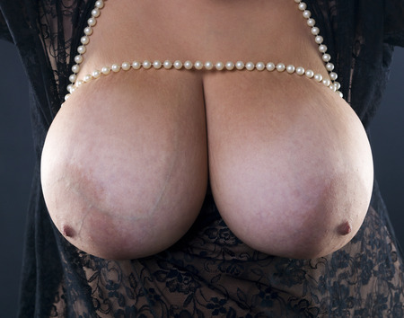 Pecho grande primer natural, joven y bella modelo de tamaño más caucásica desnuda, mujer XXL en peignoir negro, belleza femenina cuerpo desnudo