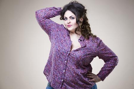 플러스 사이즈 캐주얼 옷 패션 모델, 베이지 스튜디오 배경의 뚱뚱한 여자, 과체중 여성의 몸