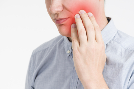 치통이있는 남자, 빨간 점이있는 회색 배경에 인체의 통증