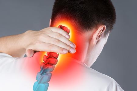 Schmerzen in der Wirbelsäule, ein Mann mit Rückenschmerzen, Verletzungen im menschlichen Nacken, chiropraktisches Behandlungskonzept mit hervorgehobenem Skelett