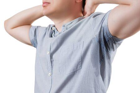 Mann mit verschwitzten Achseln, Studioaufnahme isoliert auf weißem Hintergrund