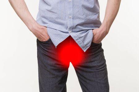 Pijn in de prostaat, man die lijdt aan prostatitis of aan een geslachtsziekte op witte achtergrond