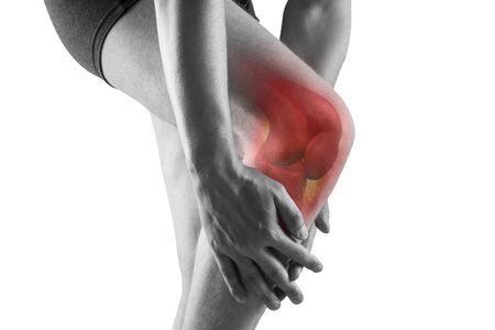 Dolor de rodilla, hombre con dolor de piernas, concepto de tratamientos quiroprácticos con esqueleto resaltado, aislado sobre fondo blanco. Foto de archivo