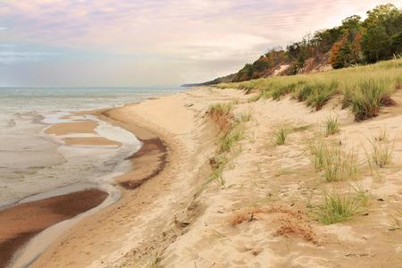 duna: Opinión del otoño de la línea de la playa del lago Michigan, en las dunas de Indiana State Park, en la mañana