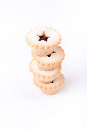 carne picada: Torre de azucaradas Sweet Mince Pies contra el fondo blanco liso.