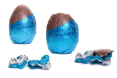 ciclo de vida: El ciclo de vida en las etapas de un florete Blue cubiertas de chocolate huevo de Pascua aislados sobre fondo blanco.