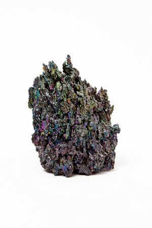 규소: A lump of carborundum or silicon carbide isolated against white background.