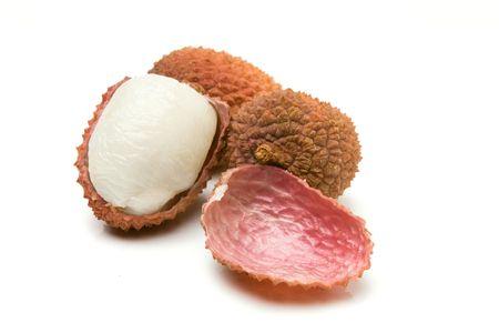 grosella: Grupo de lichi, tambi�n conocido como el chino Gooseberry aislados sobre fondo blanco. Foto de archivo