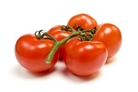tomates: Tomate vigne du point de vue faible isol� sur fond blanc.  Banque d'images