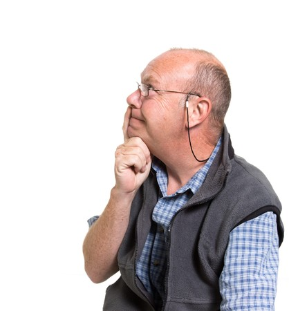 Expressif vieil homme pense isolé sur fond blanc.