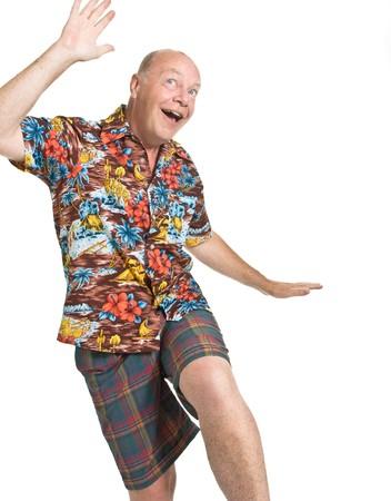 gente loca: Anciano expresiva en concepto de vacaciones de camisa loud aislado contra blanco.