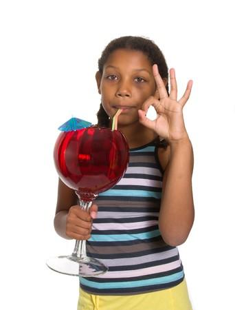 cocktail de fruits: Expressif mixte Race fillette boire le cocktail de fruits isol� sur fond blanc.