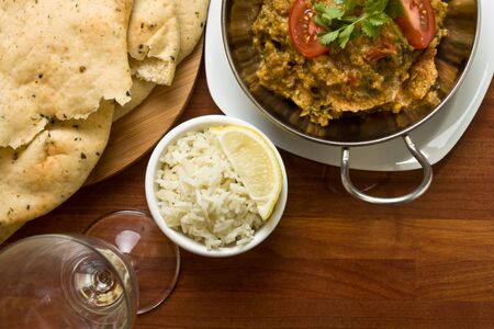 Indian Curry meal of spicy chicken, rice and naan bread. Standard-Bild