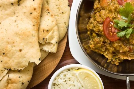 cilantro: Pan de curry indio comida pollo picante, arroz y naan.  Foto de archivo