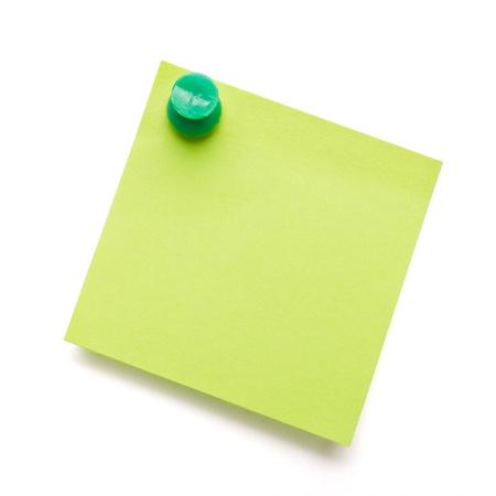 Vert post adhésif self, il note avec vert push pin sur fond blanc.
