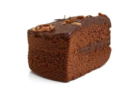 Tranche de gâteau au chocolat maison, isolé sur fond blanc.