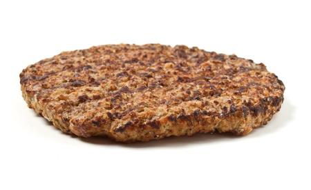 Patty de viande hachée cuite isolé sur fond blanc