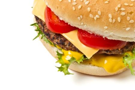 Cheeseburger et la moutarde en bun sésame ensemencée, isolé sur fond blanc. Banque d'images