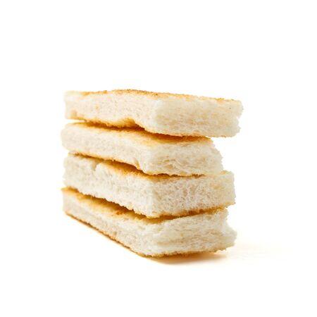 melba: Pila de rodajas de melba toast desde la perspectiva de baja aislados en blanco. Foto de archivo