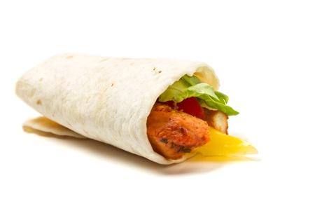 Poulet épicé avec salade et salsa enveloppé dans une tortilla de farine douce. Banque d'images