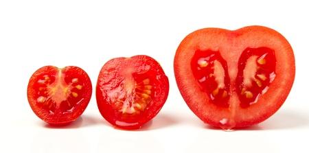 knippen: Tomaat line up van drie verschillende rassen gesneden geïsoleerd op wit.