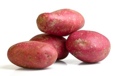 papas: Patata Desiree rojo desde la perspectiva de baja aislado en blanco.