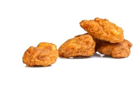 nuggets pollo: Pakora India picante de baja perspectiva aislado en blanco. Foto de archivo