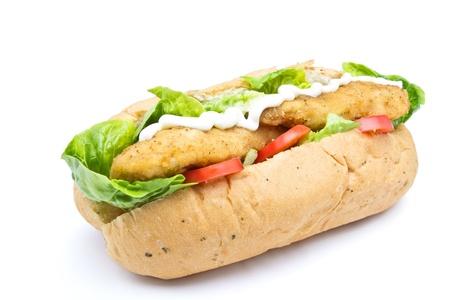 Sandwich au poulet frit sous peu du point de vue isolé sur blanc. Banque d'images