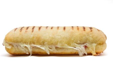 Bacon et fromage panini du point de vue faible isolé sur fond blanc.