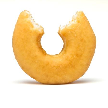 Simple beignet avec mordre sur le point de vue faible. Banque d'images