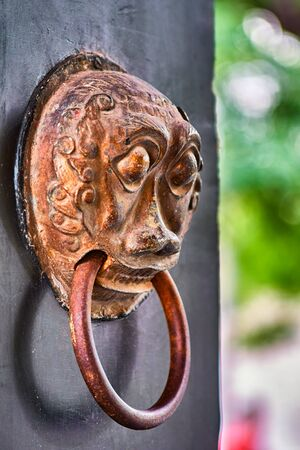 Chinese door knob knockers. Lion head door knockers, old door in Hutong narrow alley in Beijing, China. Chinese culture architectural details image stock Imagens