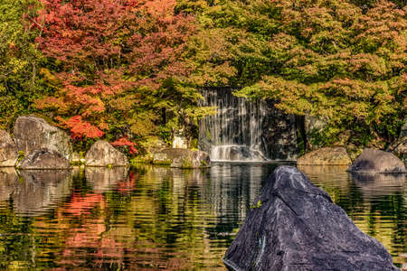 Beautiful Kokoen Garden during autumn foliage season in Himeji city, Hyogo prefecture of Japan Standard-Bild