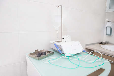 Preparing a physiological dispenser for implantation. Installation of a surgical device for implantation in a dental clinic Фото со стока
