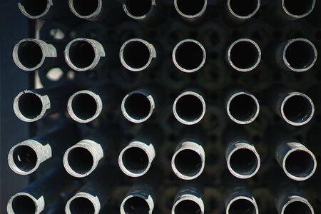 structures métalliques dans un entrepôt en piles. supports métalliques pour échafaudages et coffrages. flou artistique et bokeh. Stockage en plein air de matériaux de construction et de structures métalliques.