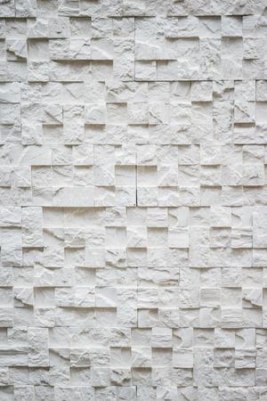 Dekorative Oberfläche einer Wand, die durch eine Nachahmung eines Steins und eines Ziegels getrimmt wird. Reparatur und Veredelung. Abstrakte Hintergrundtextur. Standard-Bild