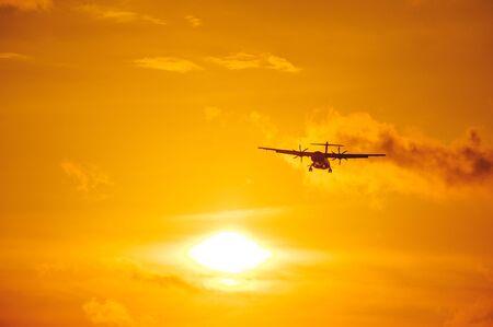 Silhouette eines Passagierflugzeugs am Himmel bei Sonnenuntergang. Flugzeug am Himmel. Start- und Lande-, Transport- und kommerzielles Personentransportkonzept. Reisen und Flüge.