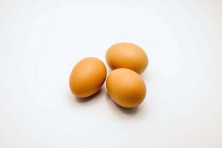 aliments: Trois oeufs isol? sur fond blanc Banque d'images