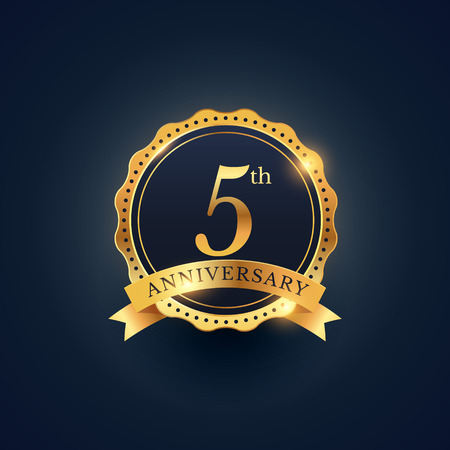 5th anniversary celebration badge label in golden color Vectores
