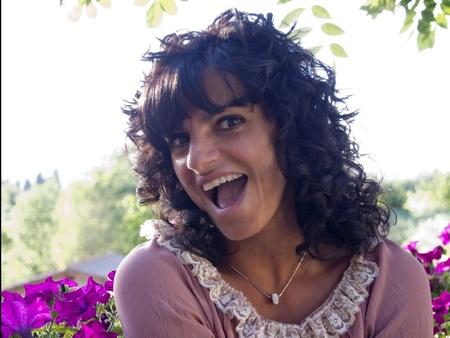 cara sorpresa: mujer morena divertido y sorprendido, sonr�e