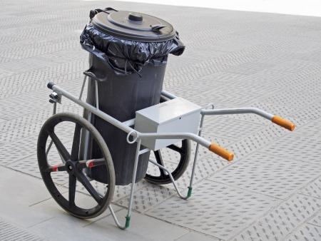 road paving: cubo de basura con ruedas por haber pavimentaci�n limpio