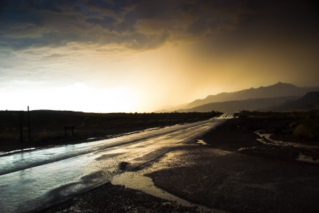 Death Valley National Park, California, USA-sierpień 4,2012 deszcz w Death Valley National Park