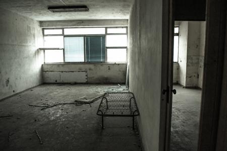 habitacion desordenada: cama vac�a en una f�brica