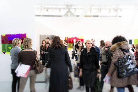 Bolonia, Włochy-ludzie chodzić i patrzeć na dzieła sztuki na wystawie