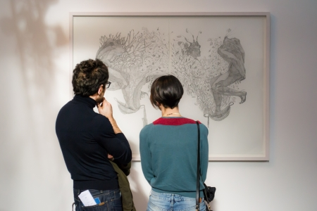 beursvloer: bologna, Italië-een jong stel kijkt naar een schilderij in een kunsttentoonstelling