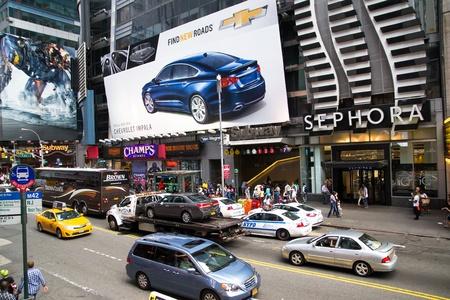 Nowy Jork, USA - 02 sierpnia 2013 Time Square w świetle dziennym jest pełna znaków reklamowych, billboard, ruchu i ludzi chodzenia na zakupy lub zwiedzanie