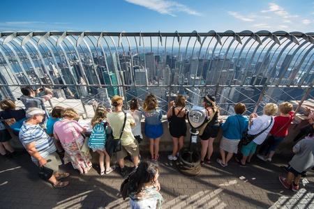 Nowy Jork, USA - sierpnia 14,2013 Turyści na szczycie Empire State buildin nowy jork podziwiać i robić zdjęcia krajobrazu w słoneczny dzień Publikacyjne
