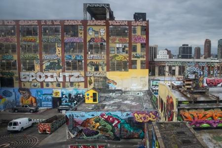 Budynki pokryte graffiti w obszarze Queens w Nowym Jorku