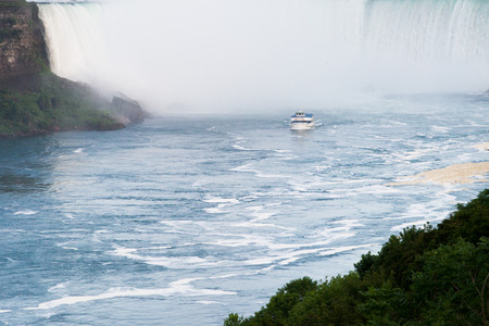 niagara falls city: Maid of the Mist gita in barca diretti verso Niagara Falls Editoriali